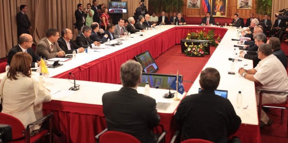 Oposición y gobierno en Venezuela causan dudas en diálogo televisado