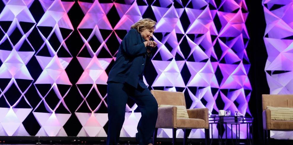 Liberan a mujer que lanzó zapato a Hillary Clinton