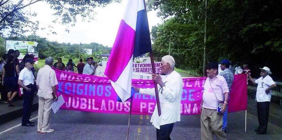 Jubilados chiricanos exigen aumento