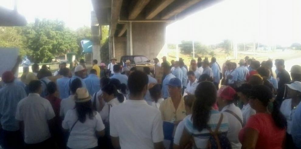 Trabajadores de Campos de Pesé protestan en Divisa