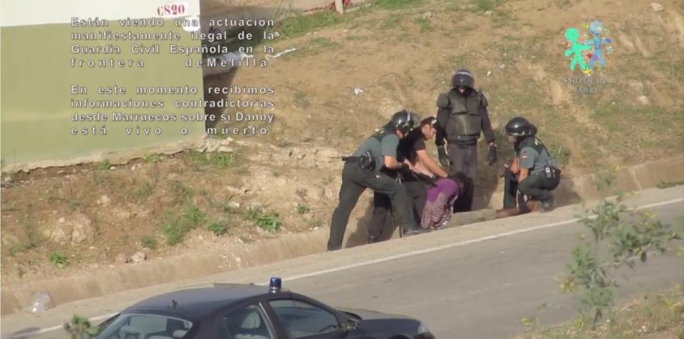 Vídeo muestra a policías españoles aporreando y expulsando a inmigrante