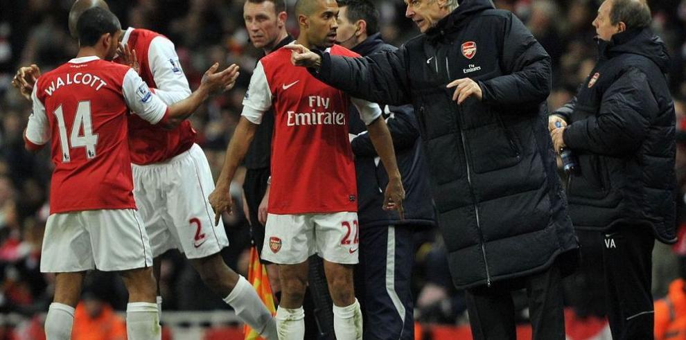Arsene Wenger planea reforzar la defensa de Arsenal