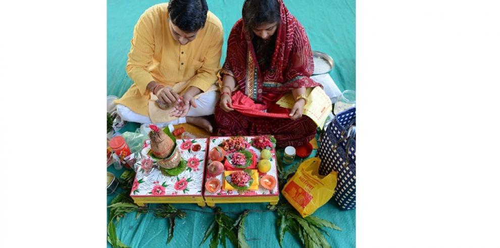 Samuh Dhanteras Pujan es celebrado en India