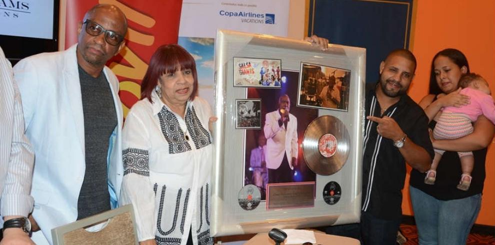 Entregan disco de platino a familia de Cheo Feliciano