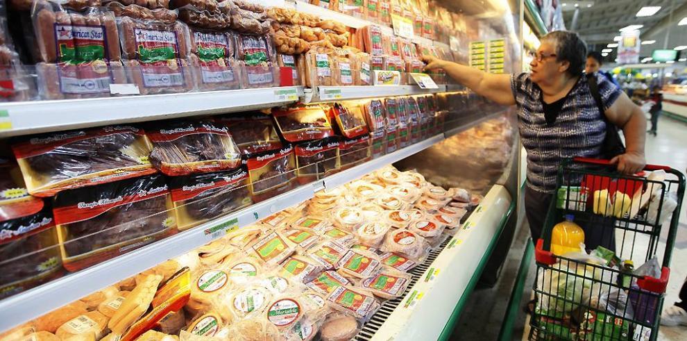 Reportan baja en el precio de los alimentos según el MEF y la ACODECO
