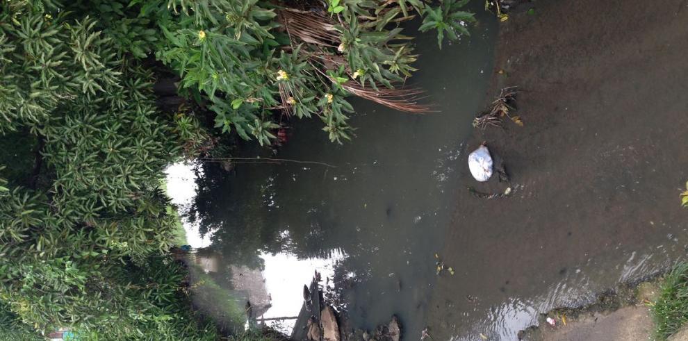 Aguas negras atraviesan zonas residenciales
