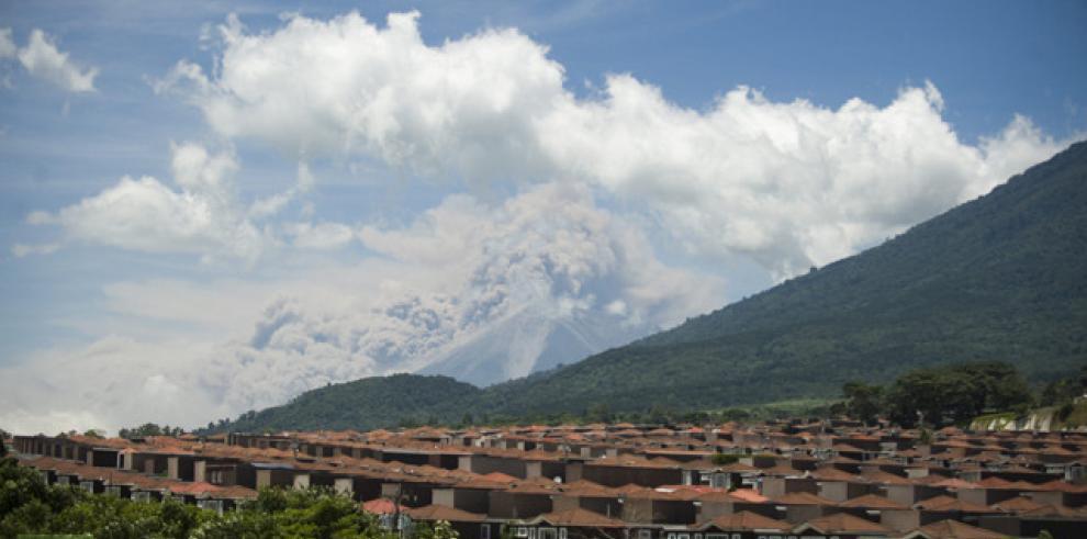 7 excursionistas extraviados son rescatados con hipotermia en volcán Guatemala