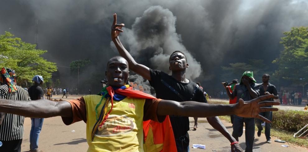 Turba incendia el Parlamento de Burkina Faso