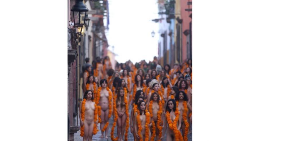 Mujeres en México se desnudan para Spencer Tunick por el Día de Muertos