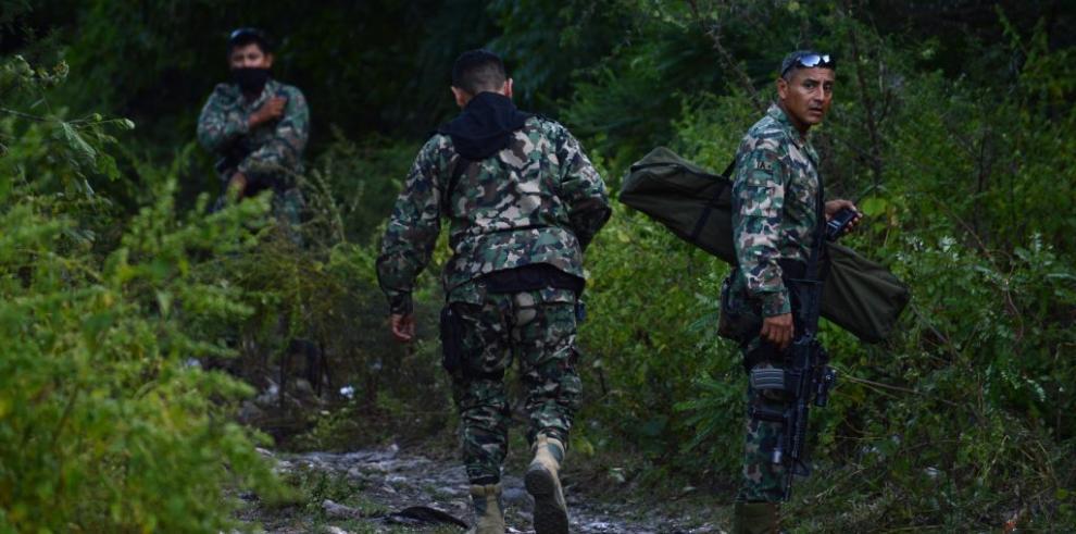 Hallan 13 cadáveres en fosa clandestina en sur de México
