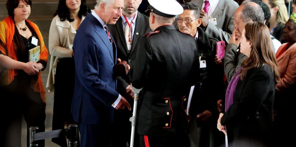 Príncipe de Gales comparte experiencia de violencia con víctimas colombianas