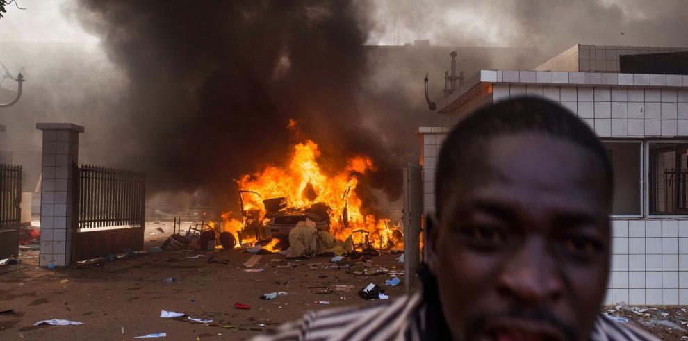 Presidente de Burkina Faso disuelve el gobierno y decreta estado de emergencia