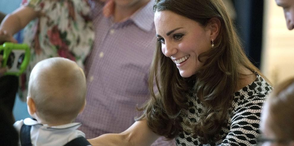 El príncipe Jorge de Inglaterra juega con otros bebés en Nueva Zelanda