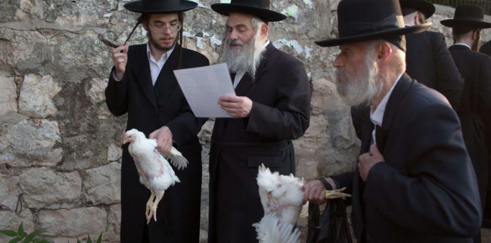 Entérese por qué los judíos se pasan un pollo por la cabeza en Yom Kippur