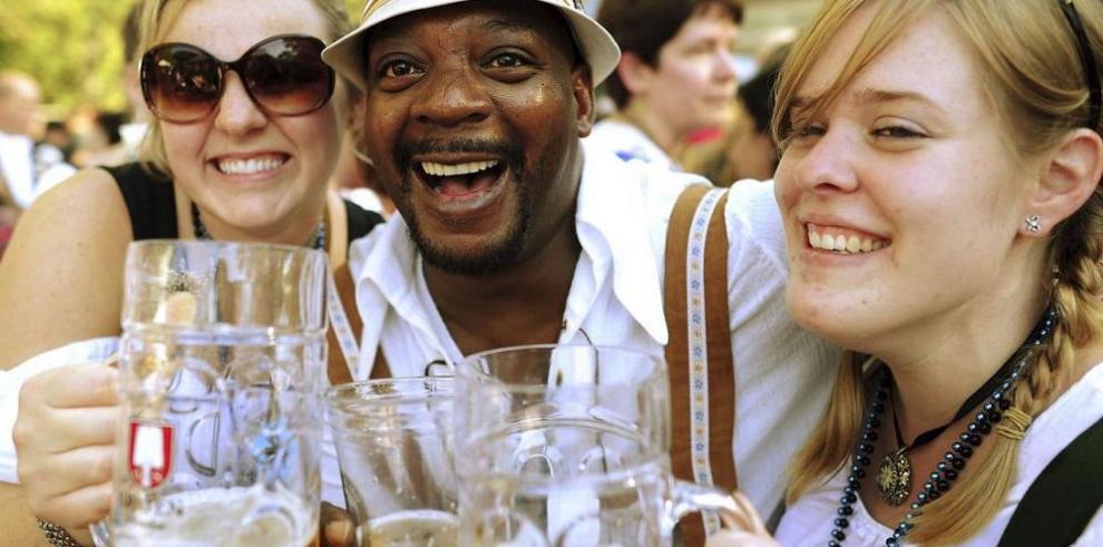 Revelan beneficios de consumir cerveza