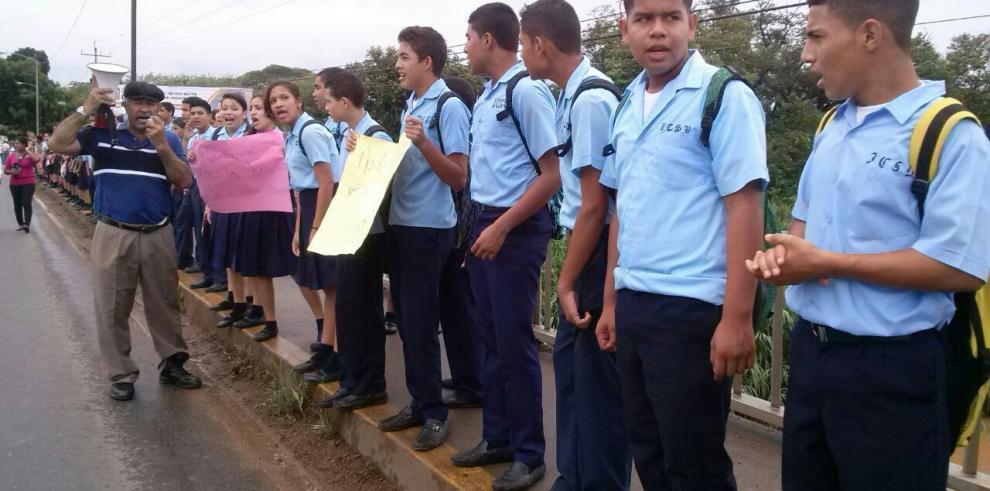 Cadena humana en La Villa de Los Santos por contaminacion del río