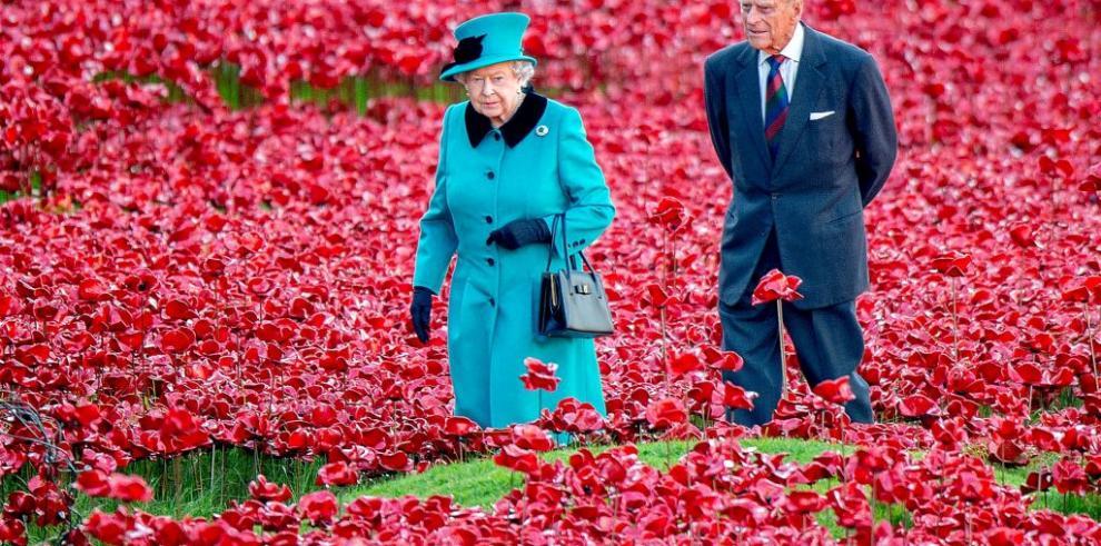Reina Isabel II visita jardín de amapolas de cerámicas