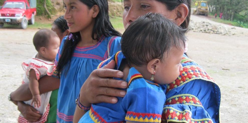 Migrantes ngäbes reciben atención médica en la frontera