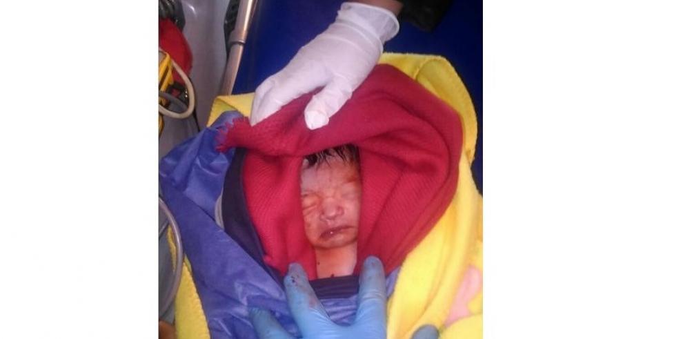 Rescatan a bebé de la taza de un baño público del metro de México