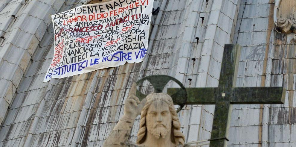 Protesta desde la cúpula de San Pedro