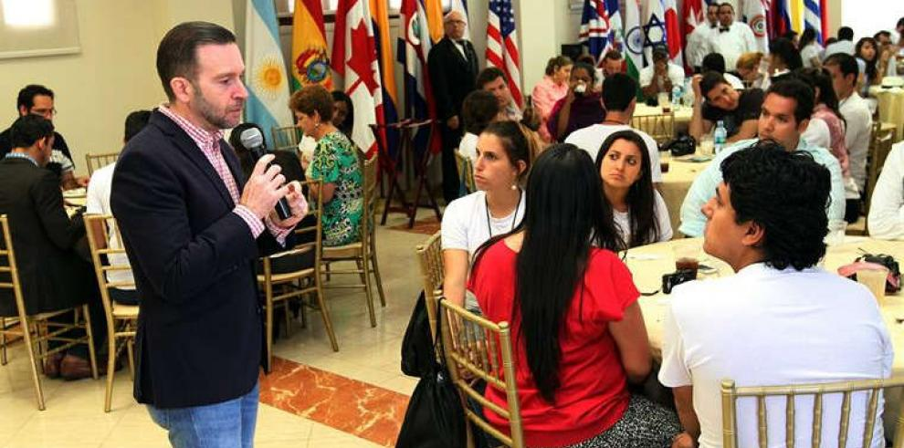 Álvarez de Soto se reunió con jóvenes emprendedores de Foro Económico