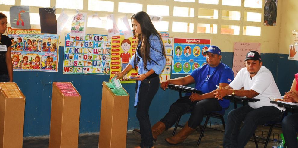 Candidata más joven ejerce su voto