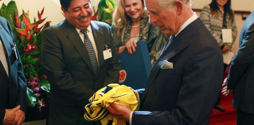 El príncipe Carlos y la duquesa de Cornuales llegan a Colombia