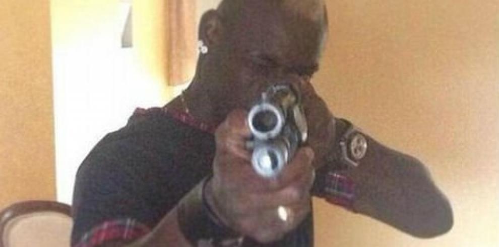 Mario Balotelli publica foto con pistola en mano