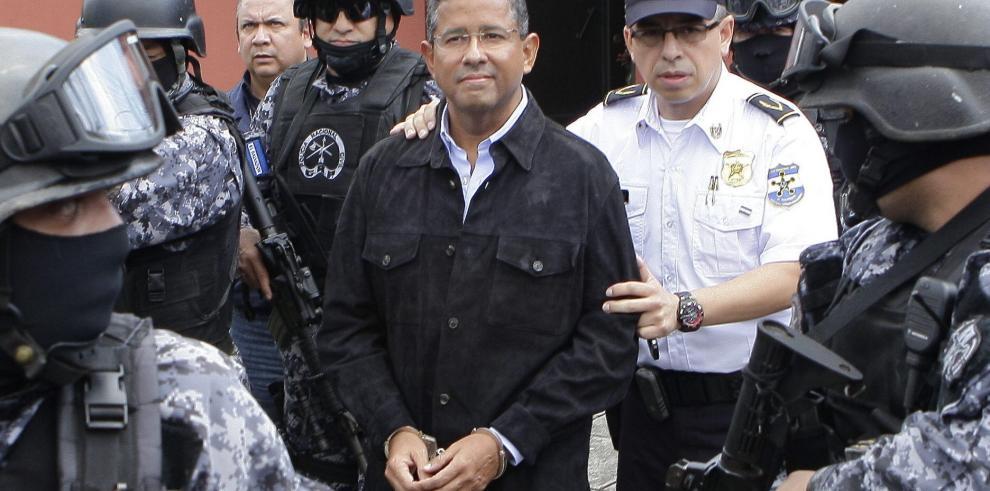 Expresidente salvadoreño Flores vuelve a casa tras abandonar celda policial