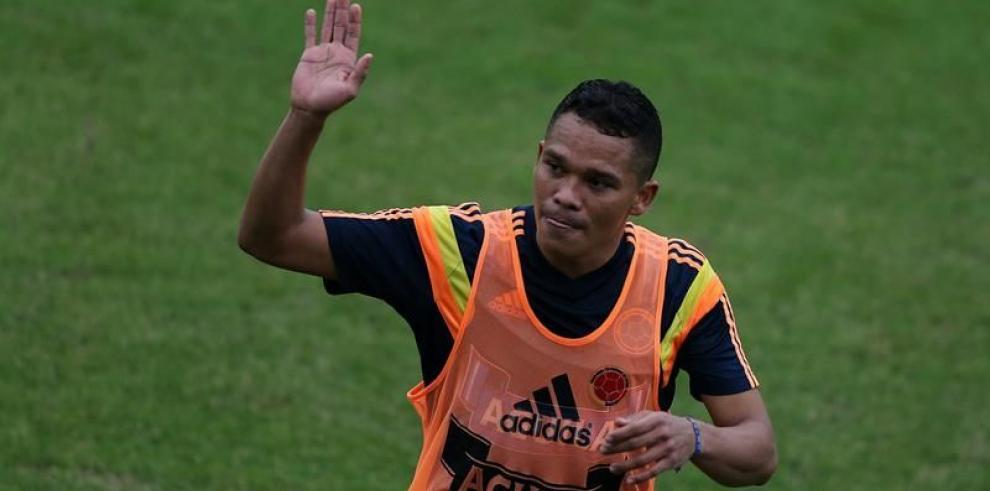 Carlos Bacca no termina el entrenamiento y se retira lesionado