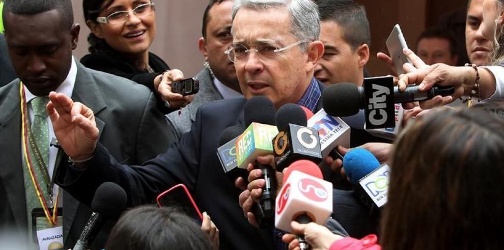 Uribe denuncia al votar amenazas de las FARC contra seguidores de Zuluaga
