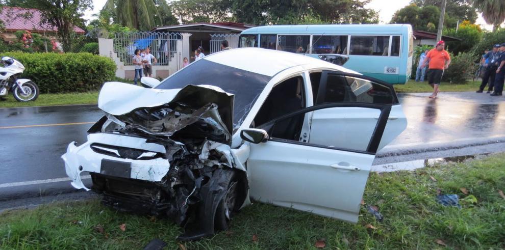 12 heridos al colisionar bus y auto en Chiriquí