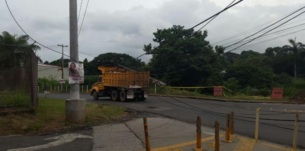 Camión del MOP derriba poste de tendido eléctrico en Ave Frangipani
