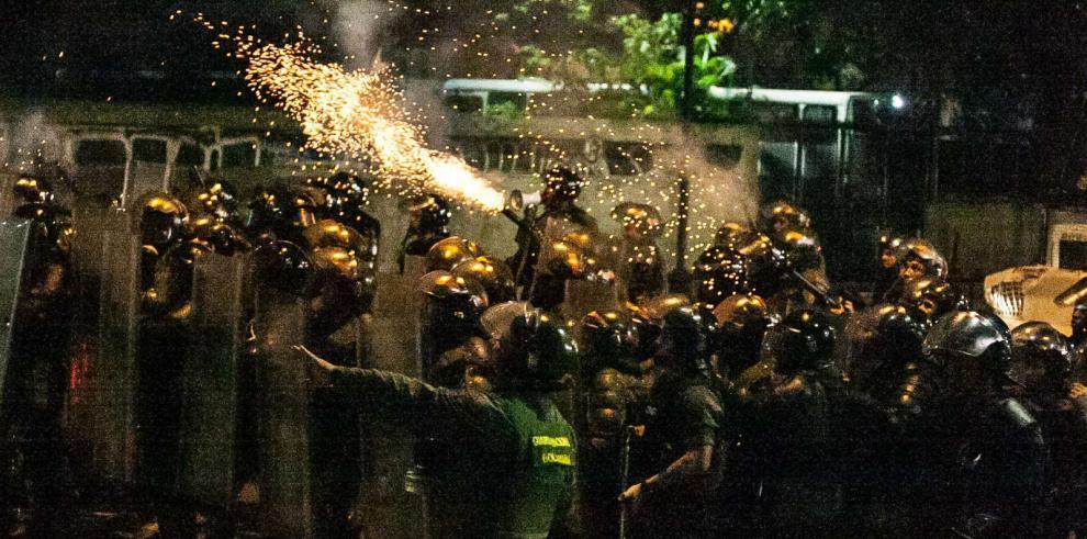 España suspende venta de armas antidisturbios a Venezuela