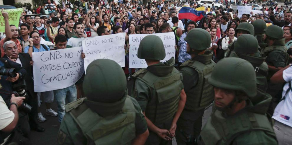 Diarios de América Latina ofrecen papel periódico a Venezuela