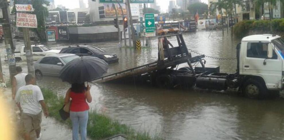 Fuerte aguacero en la capital genera inundaciones y caída de árboles