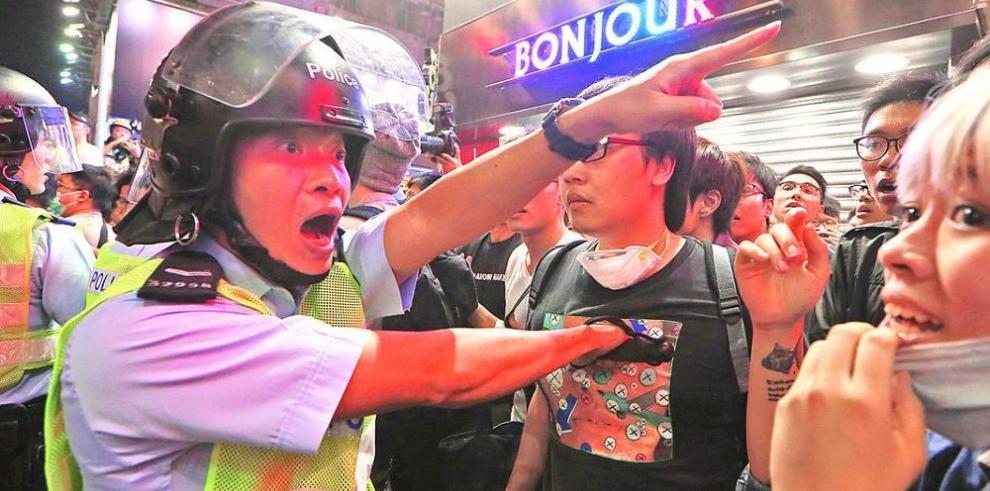 Policía hongkonesa desaloja a manifestantes en Mongkok