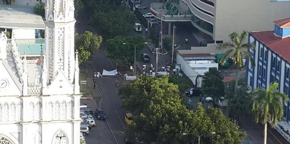 Obreros de UNTRAICS cierran la Avenida Manuel Espinosa