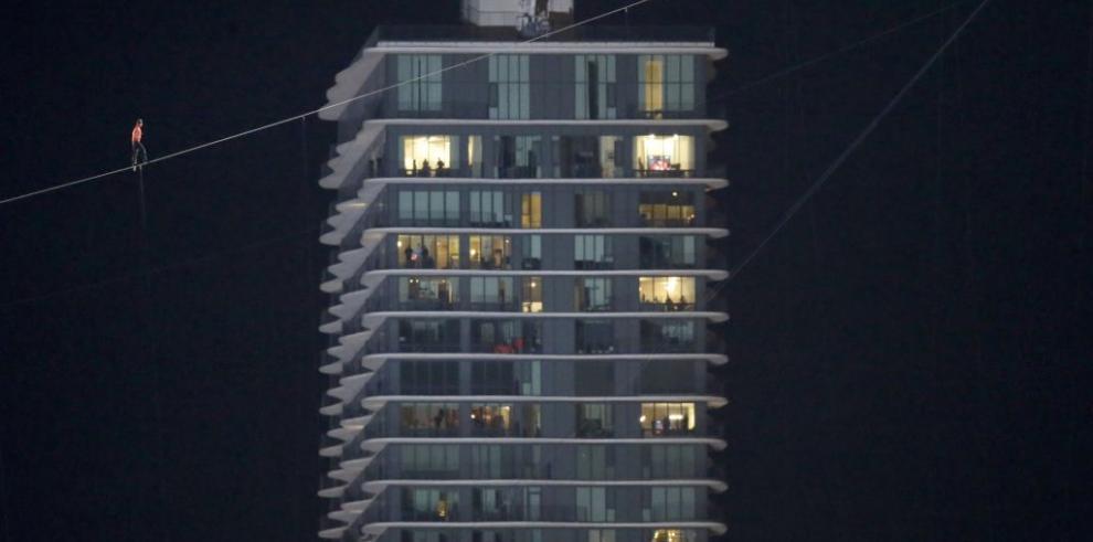 Nik Wallenda sin contratiempos camina entre dos rascacielos en Chicago