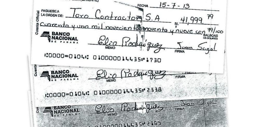 Tesorero firmó cheques en blanco