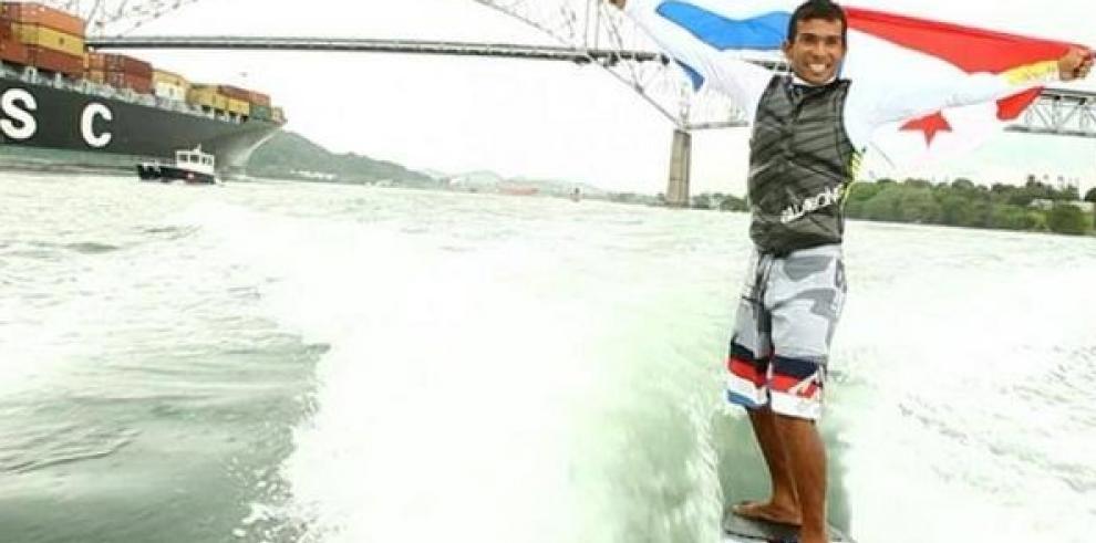 Panameño cruzó el Canal de Panamá con una tabla de surf