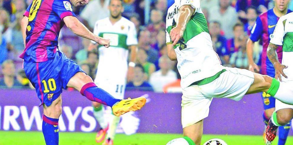 Messi brilla en primer triunfo del Barcelona