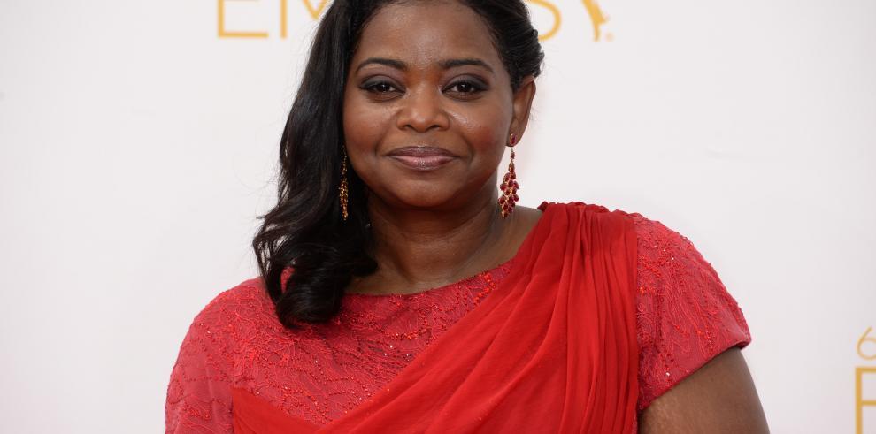 Las estrellas de TV pasean por la alfombra roja de los Emmy