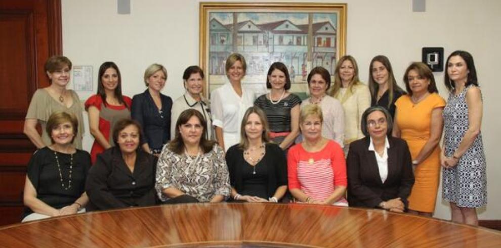 Primera Dama se reúne con Lorena Castillo para transición de despacho