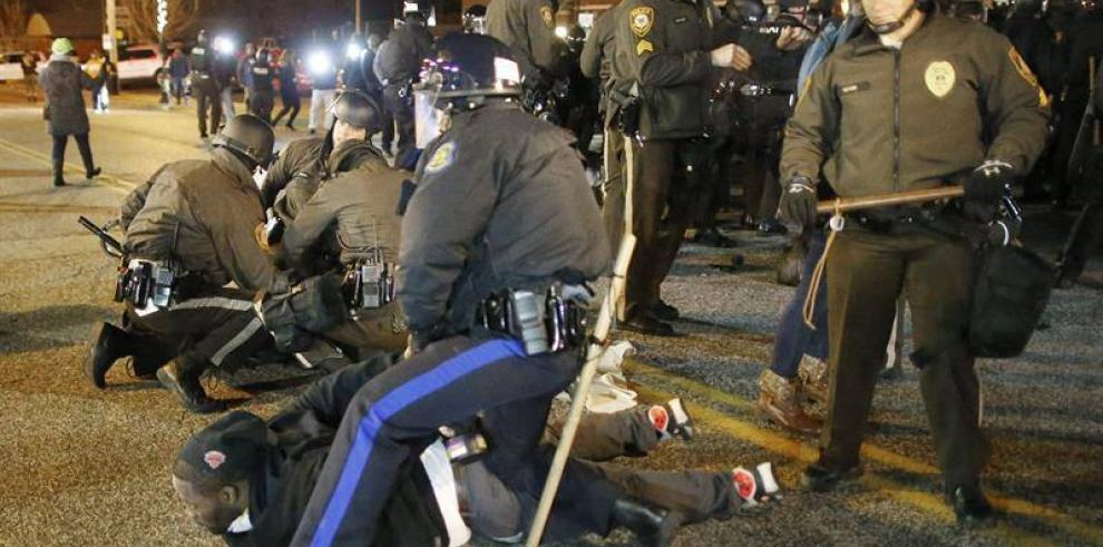 Detienen a varios manifestantes en Ferguson