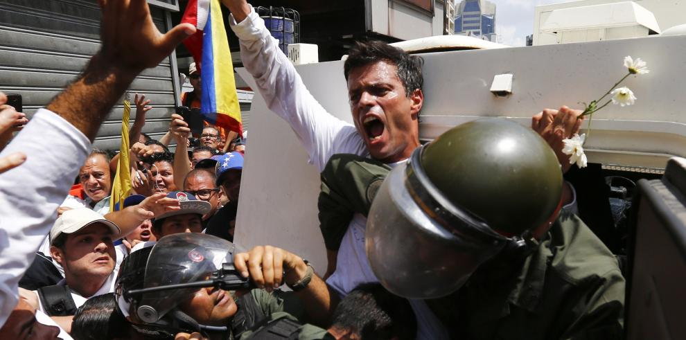 Esposa de opositor López presenta denuncia contra ministro Interior por acoso
