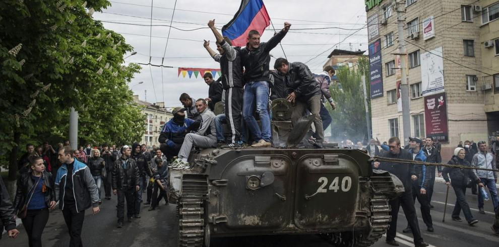 Putin visita Crimea y el este 'arde'