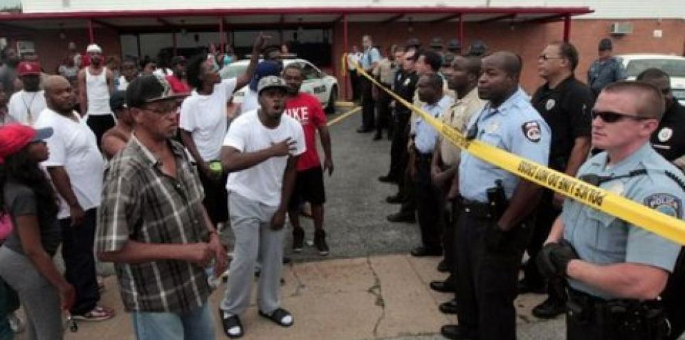 Policía que mató a joven de Ferguson dice que este trató de quitarle el arma