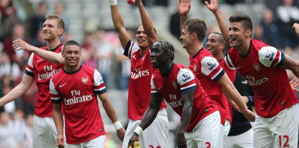 Arsenal y Liverpool tratan de mantenerse a flote en la Premier