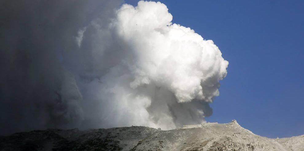 Autoridades niponas temen que haya 31 muertos por la erupción del volcán